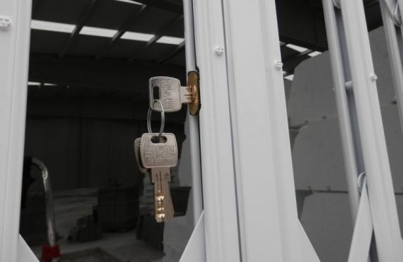 C005-Como accedemos a la cerradura de la reja de ballesta?